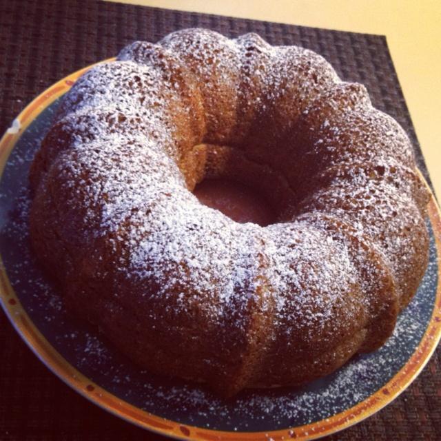 Rosca Judia INGREDIENTES: - caja de pastel (Yellow Cake Mix) - polvo de pudín de vainilla - 4 huevos - 1 taza de crema agria - 1 taza de leche - 1 taza de aceite - nuez picada (al gusto) En un recipiente aparte revolver: - 4 cucharadas de azúcar - 1 cucharada de canela en polvo Procedimiento: En un bowl poner todos los ingredientes excepto el azùcar con la  canela , ni la nuez. Se mezcla todo con la batidora cuando ya este todo incorporado se agrega la nuez y vuelve a batir ... En un molde…