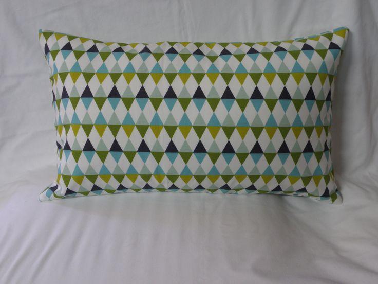 coussin déco rectangulaire triangles, couleurs: vert, bleu, moutarde : Textiles et tapis par anne-claude-c