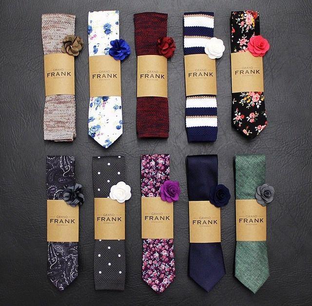 Cravatte e spilla-fiori all'occhiello già abbinati