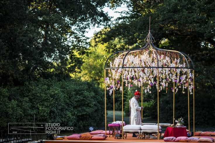 Get inspired by this amazing Indian wedding decor in Tuscany | Photo by Studio Fotografico Righi | www.studiofotograficorighi.it