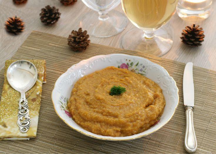 La vellutata di verdura e ceci è un primo molto semplice da preparare e molto appetitoso in quanto la miscela di verdure e la cremosità dei ceci la rendono