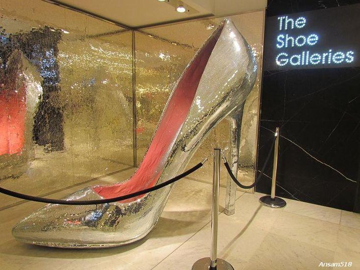 #scarpa gigante in un negozio.. geniale! http://on.fb.me/HassanFB #socialmedia