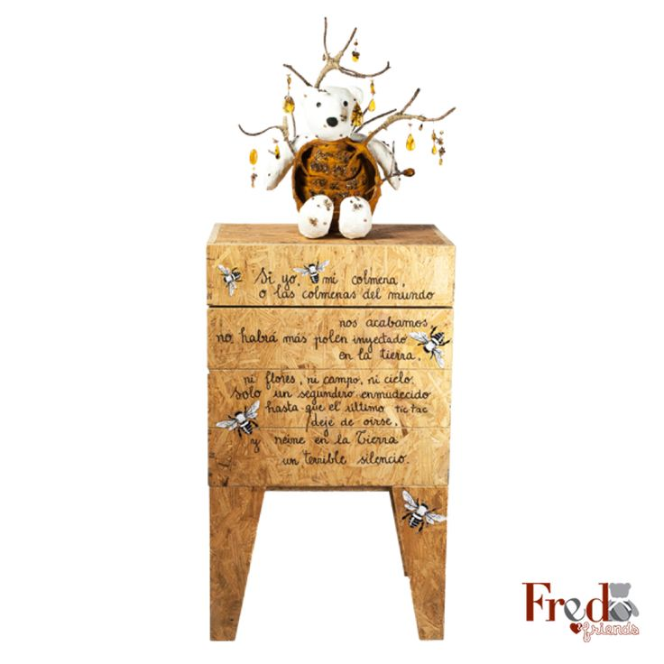 "Fredo ""Colmena"" fue diseñado por la joyera mexicana Flora María. Técnica: estructura de alambre con papel maché, ramas naturales, ámbar de Chiapas, figuras de bronce. #SubastaFredo2014"