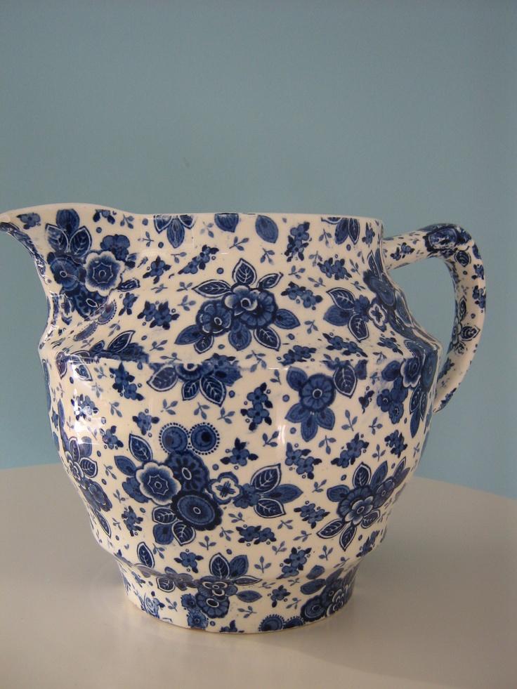 Porcelain jug Societe Ceramique Maestricht Serie: Beatrix  Deze, met zes chocolade mokken heb ik van mijn overgrootmoeder geerft  En natuurlijk bij mijn (kleine)opa en oma veel gedronken tijdens de koude winterdagen voor de gaskachel