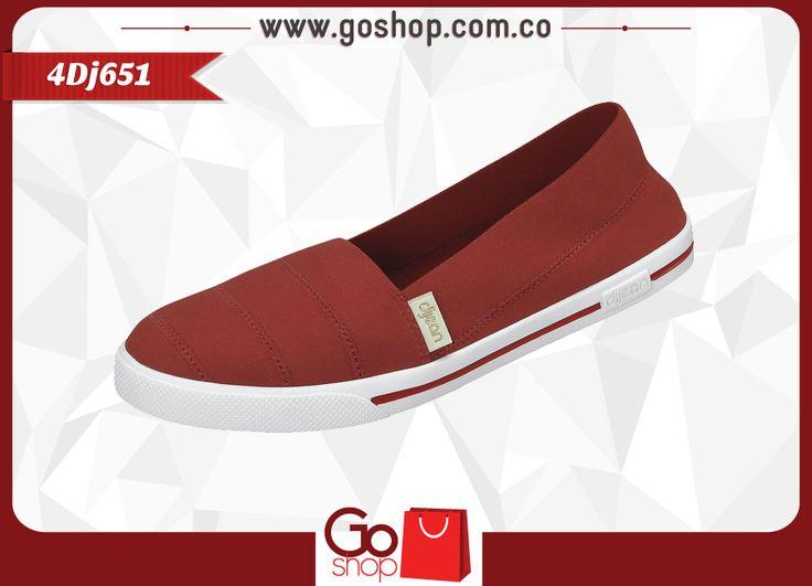 Zapato causal cerrado color cereza (rojo) de material textil y sintético, capellada a un solo tono con costuras y resorte al calzar proporcionando mayor agarre; ideal para las mujeres elegantes y descomplicadas