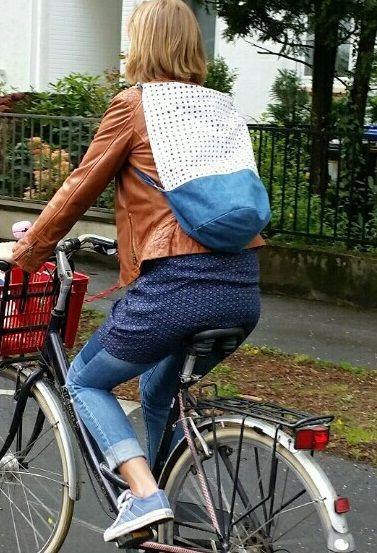 Mit wenigen Handgriffen wird aus dem Shopper ein Rucksack. Dann hat man die Hände frei, z. B. zum Lenken. Den Rucksack kann man in 2 Längen tragen.  Weitere Details zum Rucksack findest Du auf meinem Blog. http://mondgoettin.blogspot.de/2015/04/2-in-1-shopper-rucksack.html
