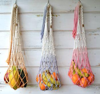 鉢を使わずに編めば、ハンギングバスケットの出来上がり♪色とりどりの果物を入れて壁にハンギングすれば、素敵なインテリアに。