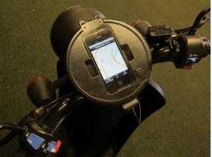 Scooter Sharing. I sistemi di Bike Sharing stanno cambiando la faccia dei trasporti urbani. A San Francisco si sta studiando la messa a punto di un sistema di condivisione di scooter elettrici.Il sistema prevede una tariffa di utilizzo al minuto od oraria (come le auto di Zipcar) a cui accedere tramite iPhone. L'iPhone stesso fungerà da cruscotto per tutta la durata dello spostamento. Secondo voi gli utenti potrebbero essere gli stessi che utilizzano il bike sharing?