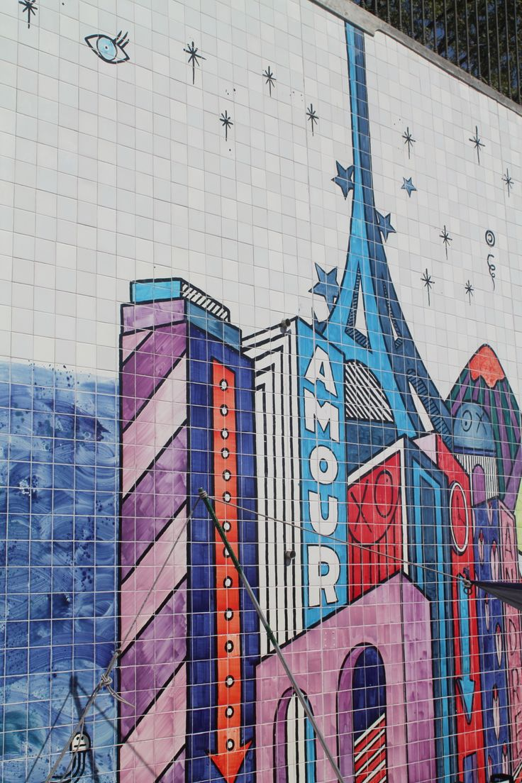 Showing the Eiffel Tower in the urban mural © Nina Santos