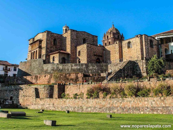 En #Cusco podemos encontrar el #Qorikancha. Si nos fijamos bien en la parte baja se puede apreciar el templo Inca. A la llegada de los españoles, estos contruyeron encima el convento de Santo Domingo. #turismo #tbt #Perú #peru #museo #viajar #viajes #travel #nopareslapata #travelling #holidays #viaje