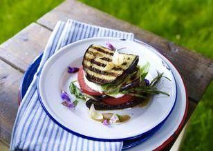 1 Aubergine (ca. 400 g) Salz 2 Knoblauchzehen 5 EL Olivenöl 1 Tomaten (ca. 125 g) 125 g Mozzarella Käse 2 Stiele Salbei 2 Zweige Rosmarin Pfeffer Salbeiblüten zur Verzierung