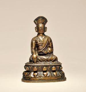 铜噶玛巴 创作年代 16世纪 尺寸 高13cm 估价 45,000 - 60,000 RMB 成交价 -- 作品分类 佛教文物其它 作品描述 此尊上师头戴噶举派国师帽,身穿坎肩、袒右式袈裟及僧裙,外披僧氅,典型的噶举派僧人服饰。面容丰腴,五官写实传神,端身正坐于莲花宝座之上,左手禅定印托经书,右手触地印,整体仪态庄严。 噶玛噶举派是藏传佛教噶举派中势力最强、影响最大的一个派系,同时又是藏传佛教中第一个采取活佛转世制度的宗派,而且该派还先后建立了几大活佛转世系统,其中黑帽系和红帽系最为著名。造像以黄铜整体浇铸,铜质细腻莹润,不仅生动塑造出噶玛巴的坚毅性格,而且展现了西藏地区金铜造像的高超工艺水平。 拍卖公司 广州华艺国际拍卖有限公司 拍卖会 2016春季拍卖会 专场名称 静观—历代造像专场