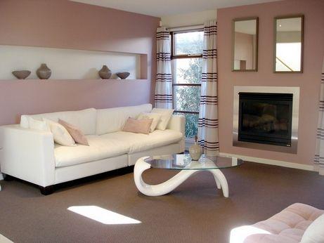 как выбрать цвет дивана  План «Нейтральный диван в цветном интерьере». Если стены цветные и достаточно яркие, сдержанный нейтральный диван позволит соблюсти баланс. Нейтральные диваны — это белые, черные, серые и различных оттенков беж. Такие диваны впишутся в интерьер любого цвета. Рекомендуем просмотреть наши статьи «Черный диван в интерьере: ставка на элегантность» и «Белые диваны в интерьере».