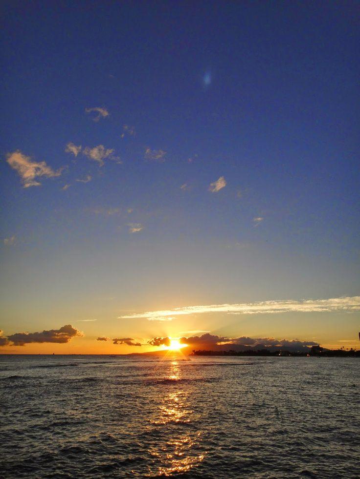 青い空がくれたもの: ホノルル・マジックアイランドからの夕日