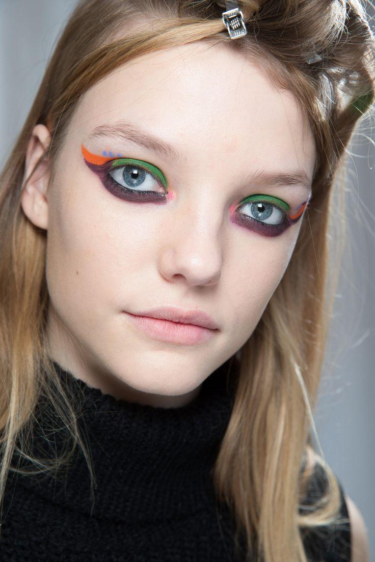 Die Make-up-Trends im Herbst 2016 Auch bunte Kajalstifte und Eyeliner können im Herbst gut getragen werden. Wer die Augen auffällig schminkt, sollte das restliche Make-up eher dezent wählen. Dennoch kann auf Lippenstift nicht verzichtet werden? Dann sollte zu einem schönen Ton in Nude gegriffen oder transparanten Lipgloss aufgelegt werden. Auch Rouge ist erlaubt. Dieser liegt zum Jahresende sogar wieder im Trend und zaubert uns einen zarten Teint.
