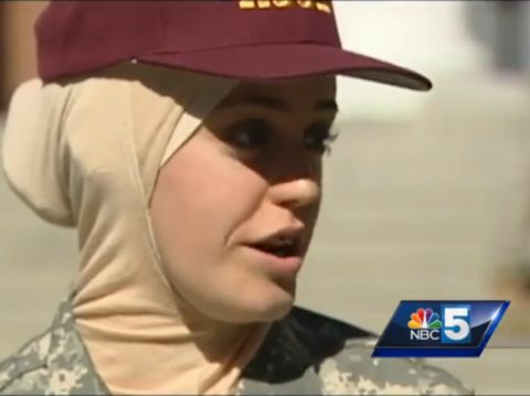 Sana Hamze menjadi hijabers yang mencatatkan sejarah di Amerika Serikat. Wanita cantik ini jadi murid pertama di sekolah militer yang diizinkan memakai jilbab.