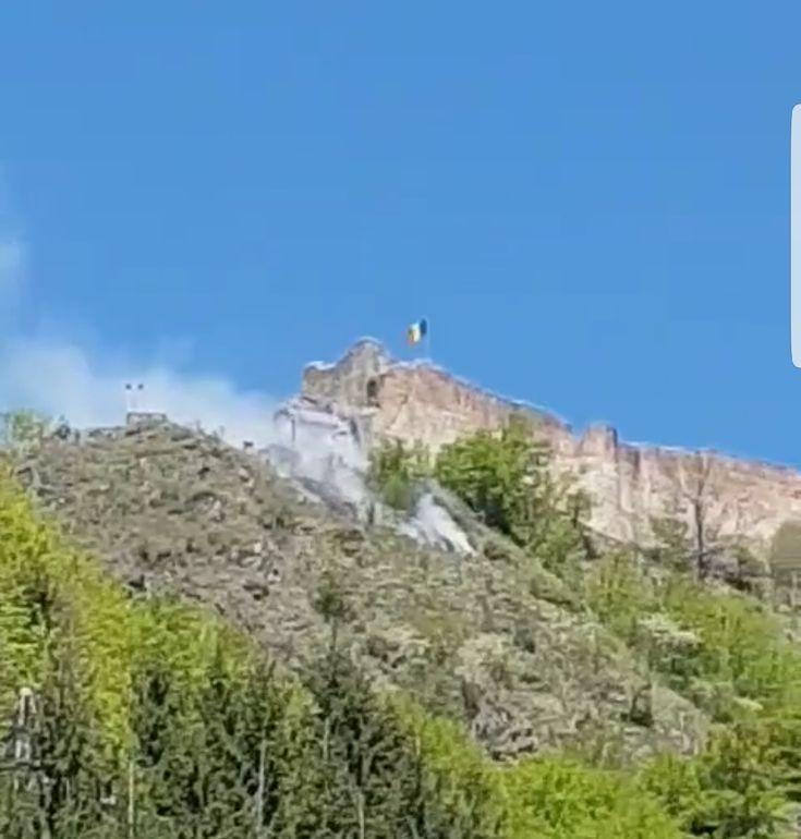 Update: elicopterul din Iasi chemat in sprijin pentru stingerea incendiului de la Cetate a ajuns in Arges! Se stabileste planul de interventie pentru maine dimineata!  Important de precizat este faptul ca nu s-au inregistrat victime, turistii fiind evacuati rapid! Video ISU Arges