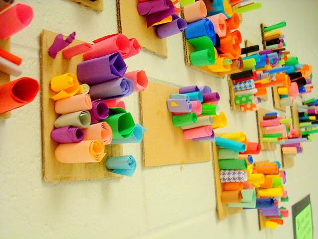 Mooi voor aan de muur! Je hebt nodig; Stevig karton (van een doos bijv.) verschillende stukjes papier  waar je rolletjes (in verschillende maten) van maakt. Doop het eind in de lijm en houd het enkele minuten vast op het karton. Gebruik verschillend niet te zwaar papier (mat, glimmend, effen en gemengde kleuren, inpak- kranten- of tijdschriften papier)