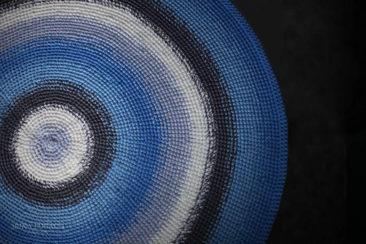Круглый коврик синих и серых оттенков связан по персональному заказу для Jeans интерьера. Толщина коврика около 6 мм. Диаметр 118 см. Но может быть любого размера. Перед заказом уточняйте наличие материалов!