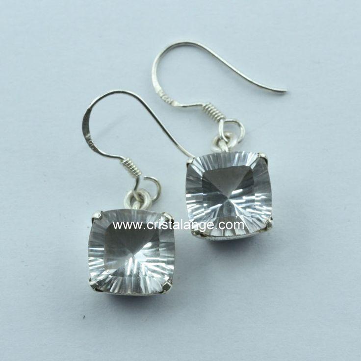 Idée cadeau: des boucles d'oreilles juste magnifique: le cristal de roche est facetté au laser et permets de renvoyer un maximum de lumière. A retrouver sur www.cristalange.com