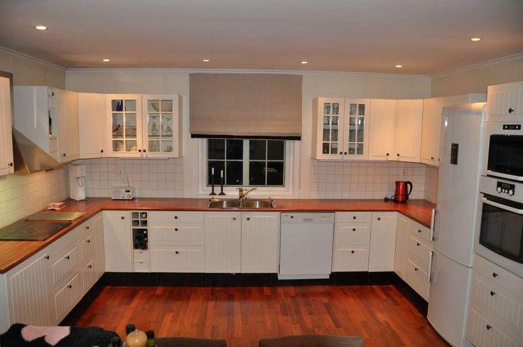 Kjøkken fra 2003 selges med hvitevarer for kr. 15.000,- Med følger : Rørosvifte, Micro, Oppvaskmaskin, Induksjon steketopp, Komfyr og underlimt vask fra Sigdal. Kjøper må selv de montere og hente kjøkken. Kjøleskap på bilde er ikke med i prisen.