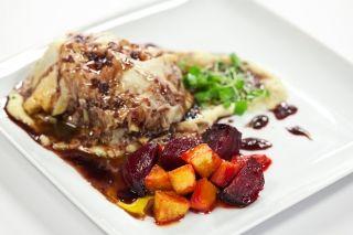 Mignon de boeuf Wellington revisité, réduction de vin rouge au beurre, purée de pommes de terre au foie gras et légumes racines à l'érable