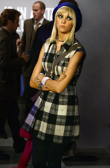 In Season 2, Jenny Humphrey (Taylor Momsen) accessorized her plaid jumper with a blue knit beanie, several bracelets and a choker.