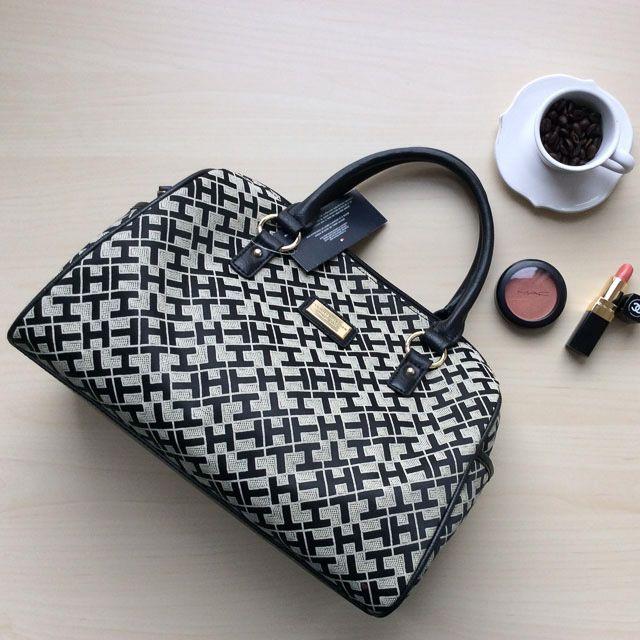 Tommy Hilfiger 6922491002 - 237₺ Gri tonlarında elde taşınabilir fermuarlı Duffel/Satchel çanta. Kumaştır, Küçük boyuttadır. Sipariş için Arayabilir, SMS veya E-Posta yollayabilirsiniz.