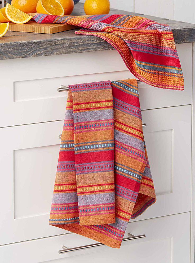 Un motif aux chaudes couleurs rappelant l'artisanat marocain, tissé et brodé en jeu de rayures aux accents en relief. Des linges ensoleillés et réconfortants avec une petite touche d'exotisme ! Articles vendus séparément. Dimensions Essuie-tout : 36x36 cm Linge à vaisselle : 50x70 cm