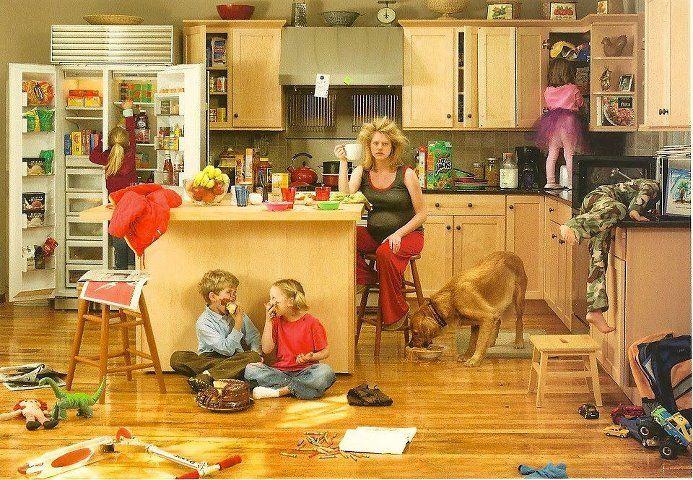 Buena foto para narrar y describir.  Hay tanto en esta foto.  A la primera vista ni me di cuenta de que habían cinco niños en la cocina - solo vi a dos.  :-)