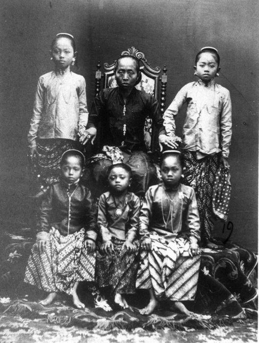 Ratoe Ageng, vrouw van Pakoe Boewono VI en de moeder van Soesoehoenan Paku Boewono IX van Soerakarta met diens kinderen, Midden-Java. circa 1870