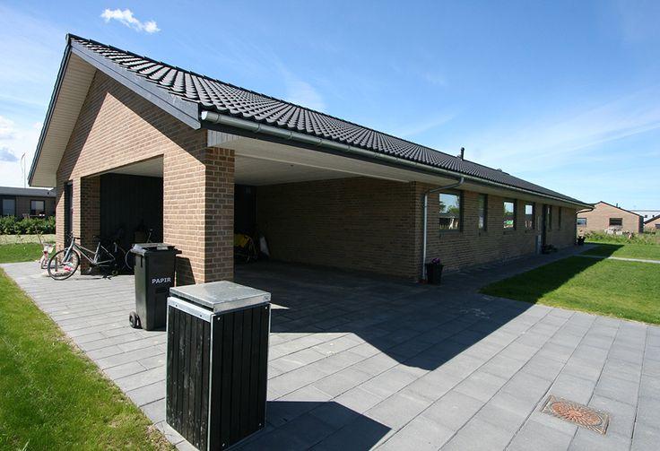 Man kan da lige så godt få en carport under taget, nu man er i gang! Familen Møllers længehus set fra vejsiden:)
