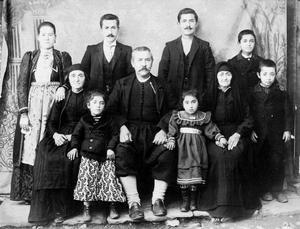Συλλογική αναμνηστική φωτογραφία στην οποία απεικονίζεται μια οικογένεια από το Συρράκο. Η φωτογραφία έχει τραβηχτεί στις αρχές του εικοστού αιώνα. Συλλογή Αστέριου Κουκούδη-Ίδρυμα Μουσείου Μακεδονικού Αγώνα http://www.imma.edu.gr/