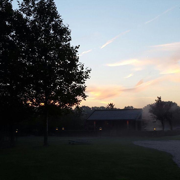 De zon gaat onder en het wordt wat fris buiten. Kom de warmte opzoeken en geniet van alle faciliteiten bij de Zwaluwhoeve.
