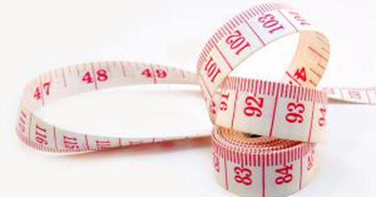 Cómo calcular el peso a partir del volumen. Aprender a calcular el peso de un objeto por su volumen puede venir bien cuando tienes una cinta métrica pero no una balanza. La fórmula general para averiguar el peso volumétrico de un objeto es L x H x W/6000. Esta fórmula se suele usar para determinar lo pesada que es una caja antes de mandarla para que se pueda añadir el franqueo adecuado. En ...