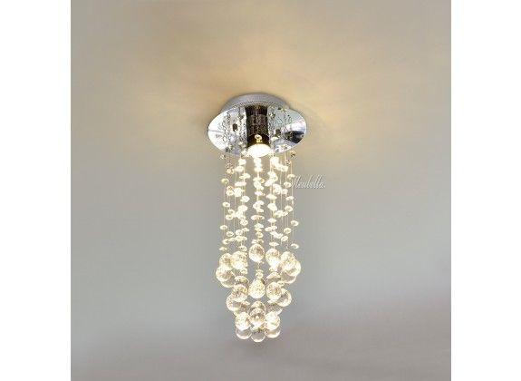 Plafondlamp Versus. Plafondlamp Versus is een lamp voor binnen in huis of op kantoor met een elegante en stijlvolle uitstraling. Aan de verchroomde basis hangen draden met steentjes. Wordt geleverd exclusief lichtbron.