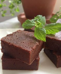 Fondant au chocolat et à la compote de pommes. Mettre de la fécule de manioc au lieu de la farine, c'est meilleur.