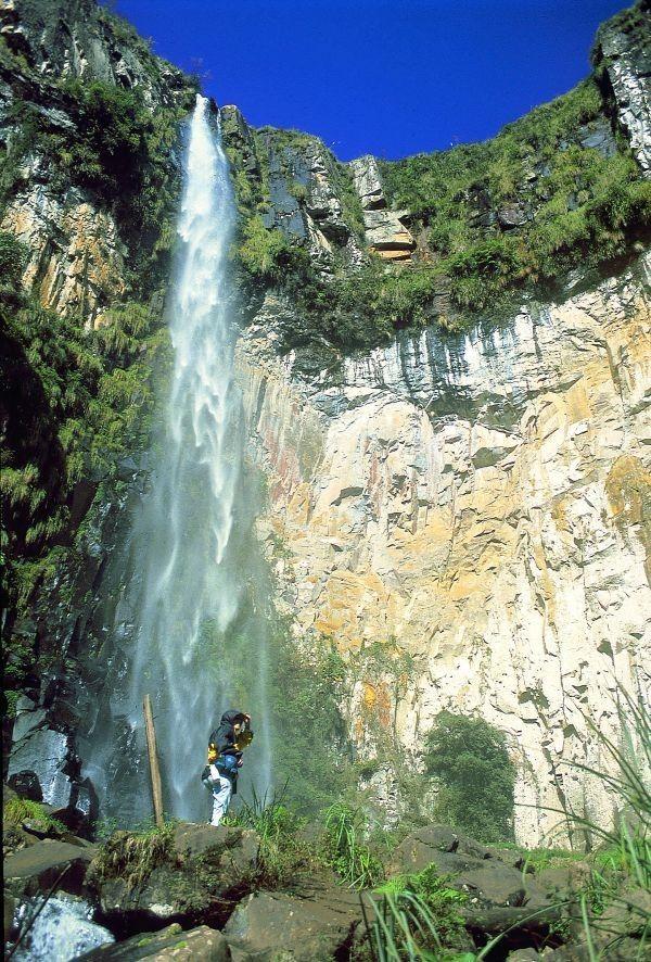 Brasil...  Trekking na Cachoeira do Avencal, Urubici, em Santa Catarina, no Planalto Catarinense. O pequeno rio que forma a cachoeira se chama Rio do Funil, sugestivo da grande parede em semicírculo que deu origem a cachoeira que tem uma queda d'água de 100 metros.