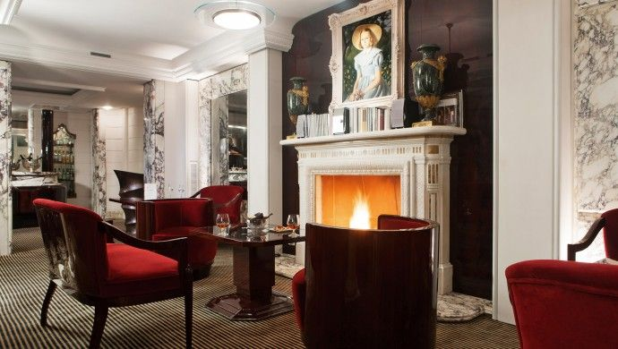 Hotel Lord Byron: The hotels Il Salotto Lounge & Wine Bar is rich with marble and oversize portraits.