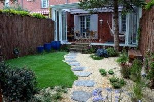 Jardin pequeño decorado con camino de piedras
