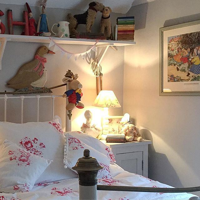 Shabby And Charme: Uno Splendido Romantico Cottage  Love The Grey With Pops  Of Colour And Vintage Toys For A Childu0027s Room!