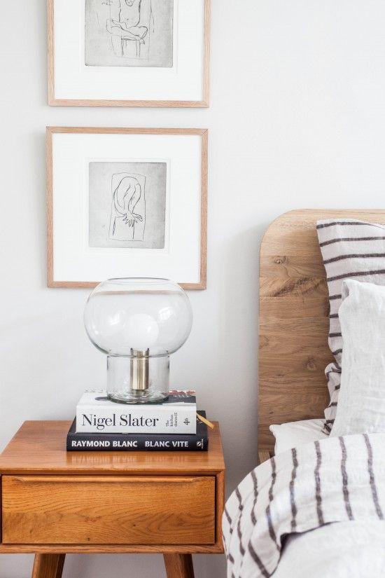 Schlafzimmer Einrichten Skandinavisch Modern Minimalistisch Schlicht  Reduziert Monochrom Nachttisch Holz Schublade Bett Kopfteil Bettwäsche  Gestreift ...