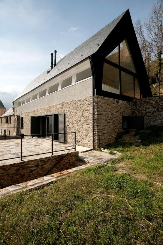 Vernacular Stone, slate and glass house in Canejan . Spain