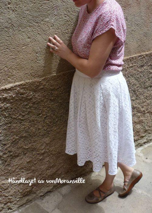 Sy enkelt blondeskjørt uten mønster/Sew a pleated lace skirt without pattern.