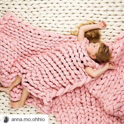Desejando um sono tão bom quanto o das crianças! As criações da @anna.mo.ohhio são conhecidas pelos fios grossos de lã merino, q transmitem essa impressão de conforto e relaxamento q vemos na foto e q queremos transmitir pra vcs  #knit #tricot #trico #rosa #handmade #feitoamao #artesanal #merino