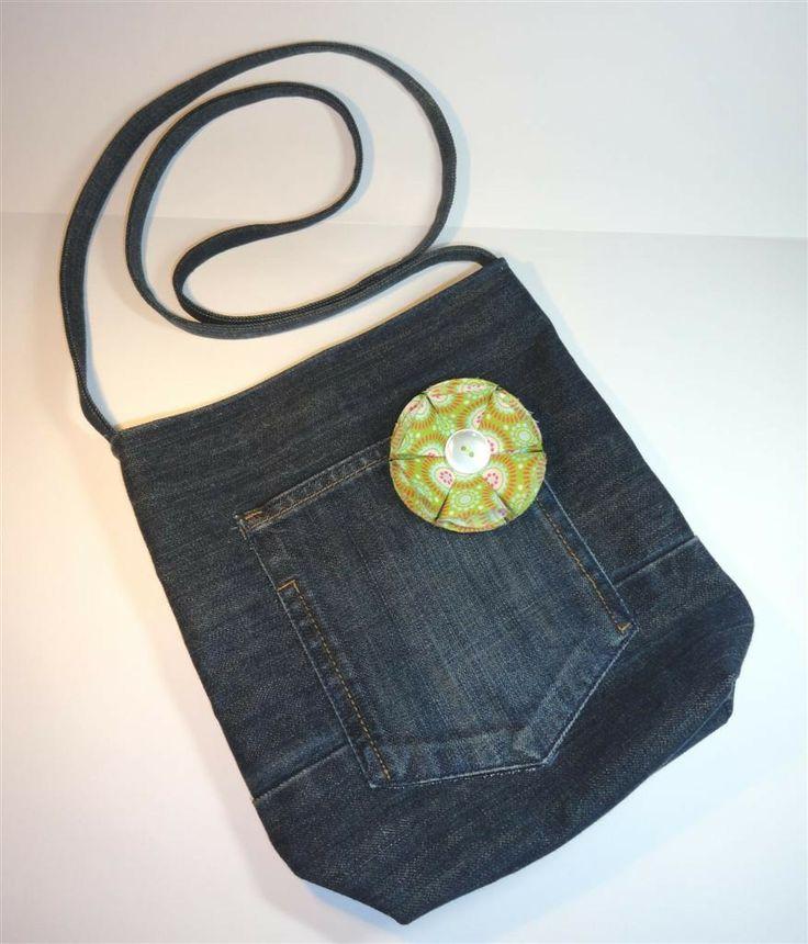 sac bandoulière en jean recyclé doublure et broche fleur vertes : Sacs bandoulière par mademoiselle-rose