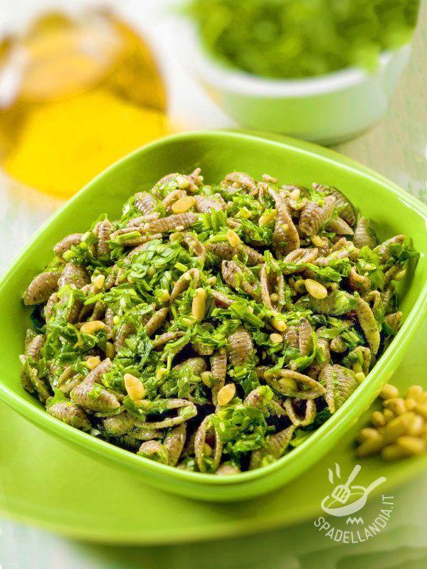 Gli Gnocchetti sardi con pesto di spinaci e pinoli si preparano con molta facilità. Potete renderlo più saporito se sostituirete il pecorino al parmigiano!