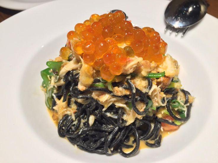 """Squid ink spaghetti with salmon caviar.  """"昨日食べた、この世の物とは思えないくらい絶品のパスタ。 うにといくら、ずわい蟹をのせたイカスミを練りこんだタリオリーニ。  久しぶりに、美味しすぎて言葉が出なかった代々木のイタリアン。"""""""