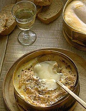 INGRÉDIENTS:  1fromageMont-d'Or ou vacherin12 cl devinblanc du Jura2 gousses d'ailsel, poivre  PRÉPARATION:    Allumez le four thermostat 6 à 180°. Ôtez le couvercle de la boite. Piquez la surface du fromage avec les gousses d'ail en lamelle. Formez une cavité au milieu, versez le vin blanc à l'intérieur. Poivrez. Enveloppez la boîte dans du papier aluminium, mais laissez la croûte apparente. Enfournez le fromage ainsi emballé pendant 20 mn. Présentez-le chaud. Vos convives se…