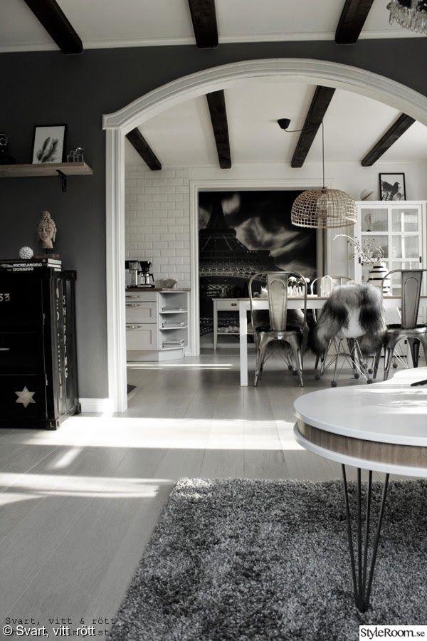 matsal,Öppen planlösning,vitt,matbord,matstolar,fårskinn,vitt plankgolv,takbalkar,taklampa,fototapet,vitrinskåp,artprint,parkett,kök